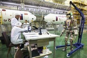 人間型ロボット「フョードル」の打ち上げ準備=7月28日、カザフスタン・バイコヌール宇宙基地(ロスコスモス提供、タス=共同)
