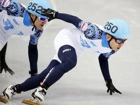 ソチ五輪ショートトラック男子1000mで金メダルを獲得したロシアのビクトル・アン=2014年2月、ソチ(共同)