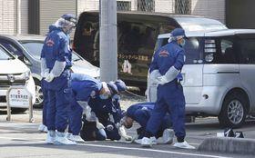 女性が倒れていた現場付近を調べる埼玉県警の捜査員ら=30日午後0時10分、埼玉県越谷市