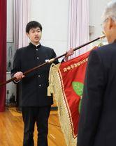渡邉町長(右)に校旗を返納する代表生徒=彼杵中