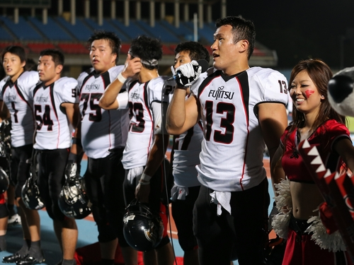 勝利後あいさつをする富士通・平井主将=撮影Yosei Kozano、21日、等々力陸上競技場