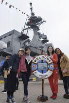 海上自衛隊の護衛艦「すずつき」の前で記念撮影する中国人観覧者=24日、中国・青島(共同)