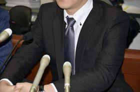 判決後に記者会見する原告の男性=17日午前、札幌市