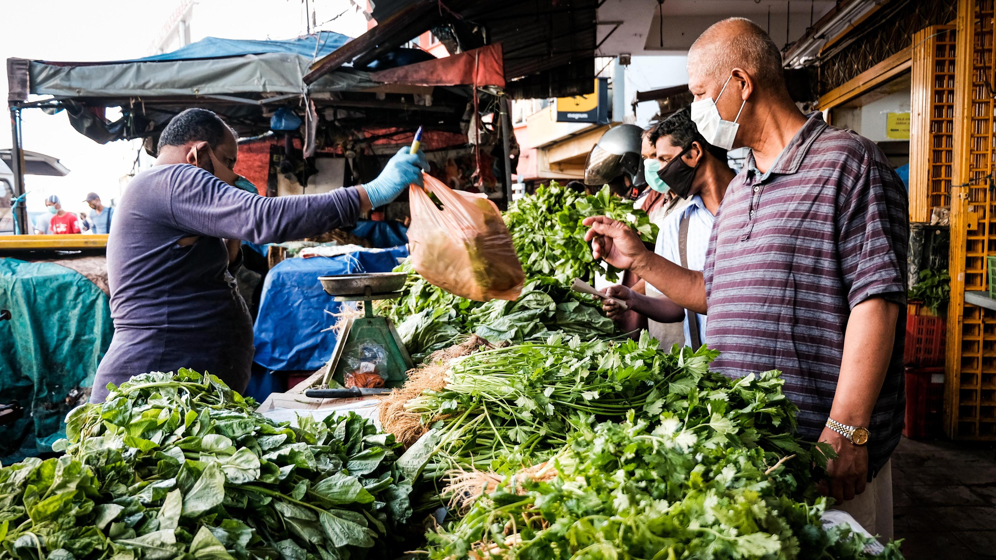 活動制限令の緩和後に食料品を買い求める人々=4日、クアラルンプール(ゲッティ=共同)