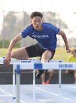 13秒台でのインターハイ優勝に向け、練習を重ねる町亮汰選手=金沢市御所町の稲置学園総合運動場で