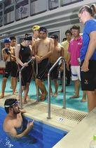 福井の選手たちと交流するジュリッチさん(手前左)とチャンデルさん(右)=福井市の県営水泳場で