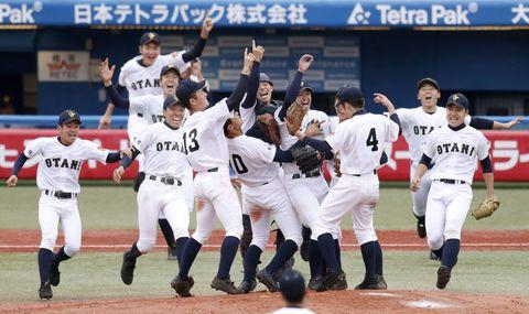 初出場で優勝を果たし、喜ぶ札幌大谷ナイン=神宮