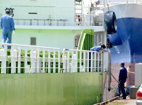 貨物船すみほう丸を調べる運輸安全委員会の船舶事故調査官ら=27日午前、茨城県の鹿島港