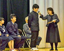 蔵木中学校の思い出を話す生徒(中央)