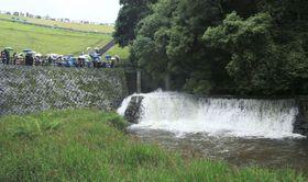 満濃池で行われた、水門を開放して水田に水を流す「ゆる抜き」=15日正午ごろ、香川県まんのう町