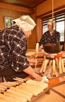 新米きりたんぽ、こんがりいい匂い 営業再開の濱乃家で作業
