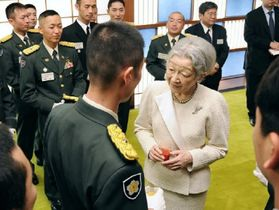 PKOで世界各地に派遣された自衛隊員に声を掛けられる皇后さま=2013年2月14日午後、皇居・宮殿(代表撮影)