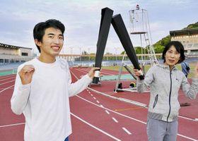 作りのトーチで本番さながらの練習に励む近藤可連さん=左=と亜矢さん(高知市のりょうまスタジアム)