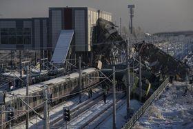 13日、アンカラで起きた高速鉄道事故の現場(アナトリア通信提供・共同)