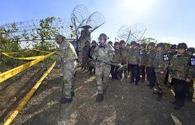 韓国の閣僚らが視察した朝鮮戦争激戦地の地雷除去作業=17日、江原道・鉄原(聯合=共同)