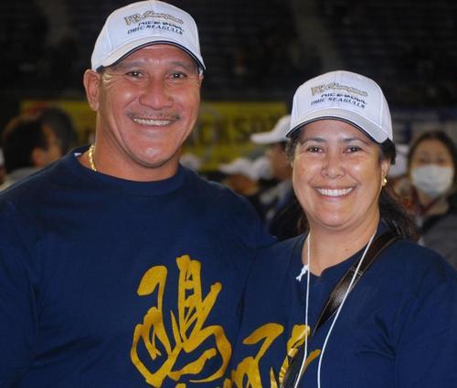 リクルート(現オービック)とIBMでヘッドコーチを務めた、デービッド・スタントさん(左)と妻のローリー・スタントさん=3日、東京ドーム