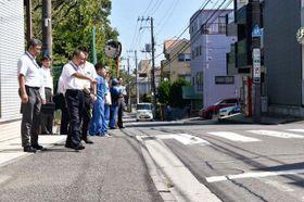 県警や横浜市による事故現場の視察=横浜市西区北軽井沢