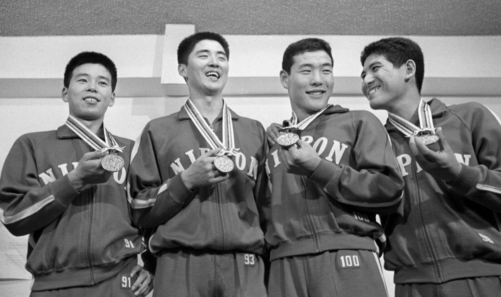 1964年10月18日、水泳の男子800㍍リレーで、銅メダルを手にする日本チーム