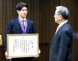 高垣市長(右)に優勝を報告する崎山さん