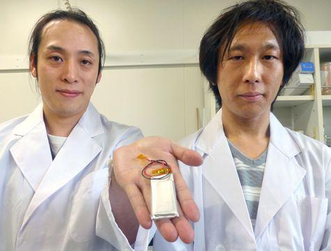 新たな電極を使ったリチウムイオン電池。右は「アタッカート」の向井孝志社長=9月、大阪府内