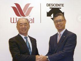 提携の発表後に握手するワコールHDの安原弘展社長(左)とデサントの石本雅敏社長=8月30日、京都市
