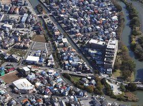 下第二大場川の中州にある「島」のような一角=本社ヘリ「あさづる」から、埼玉県三郷市戸ケ崎で