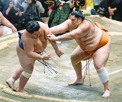 魁聖(右)が突き出しで阿武咲を破る