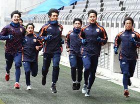 長野Uスタジアムでランニングする住永(左)らAC長野の選手たち