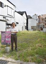 熊本地震で被災し解体された梅園温泉の跡地に立つ、同温泉組合代表の平野芳弘さん=7月、大分県別府市
