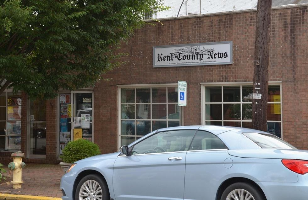 米メリーランド州ケント郡の地元紙「ケント・カウンティ・ニューズ」。米国の小規模な地方紙で社屋も平屋建てだ(撮影・山本慶一朗、共同)