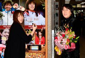 【自身の写真パネルにサインなど書き入れる吉田沙保里さん。右は母・幸代さん=津市役所で】