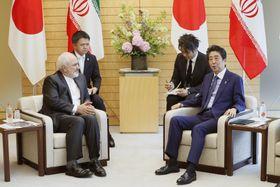 5月に来日し、安倍首相(右)と会談するイランのザリフ外相=首相官邸