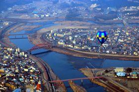 イベントで三次市上空を飛行した熱気球=昨年2月24日(みよし観光まちづくり機構提供)