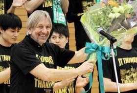 勇退セレモニーで花束を受け取り、笑顔を見せるブコビッチ監督(11日)