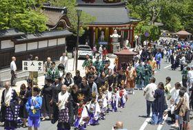 「青葉まつり」で和歌山県高野町をパレードする人たち=15日
