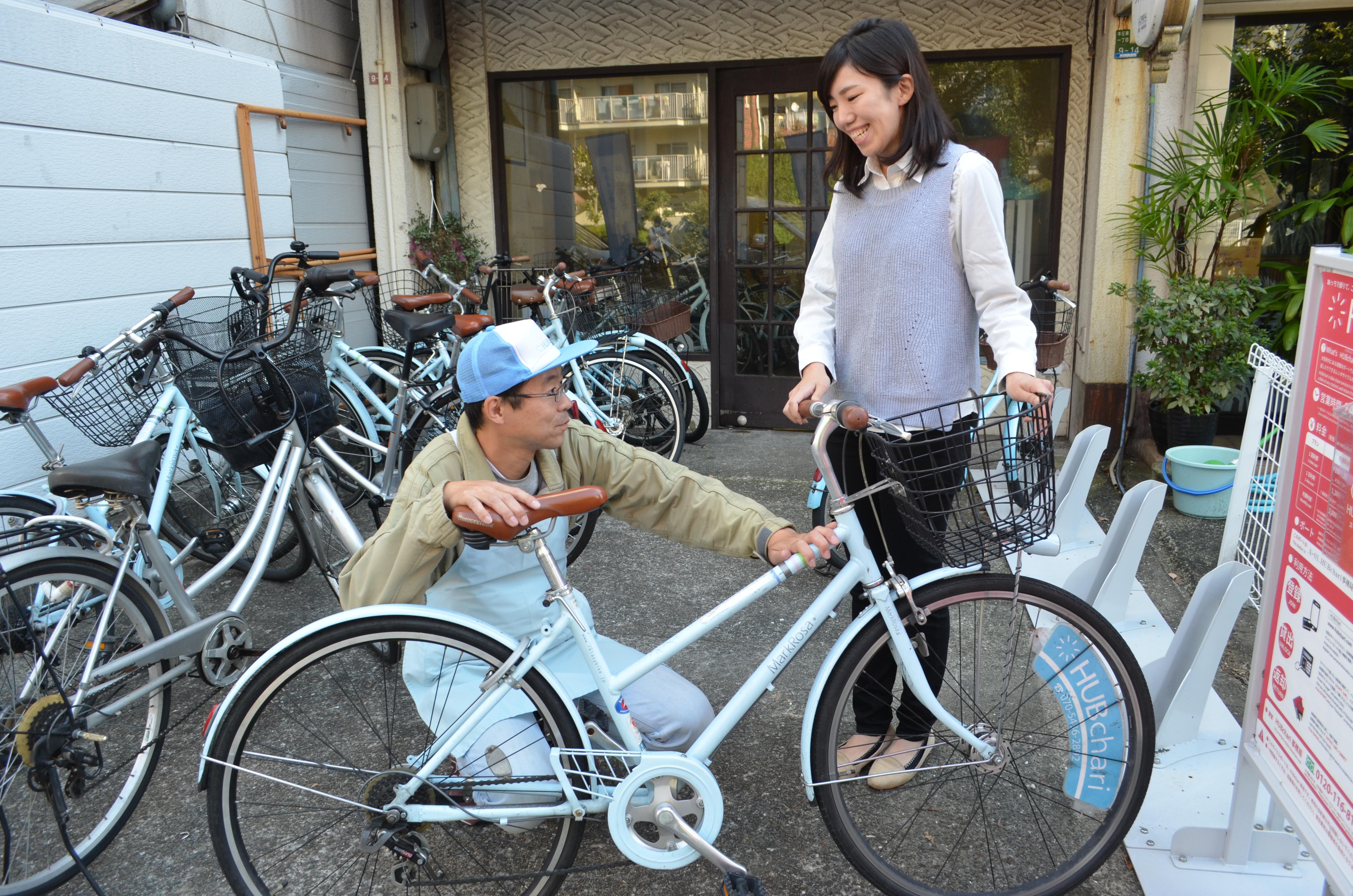 Homedoor理事長の川口加奈さん(右)。団体名は、相談者の心のよりどころとなり、人生からの〝転落防止柵〟の役割を果たすことを目指して名付けた(大阪市北区)