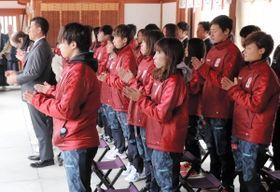 必勝を祈願するINAC神戸の選手ら