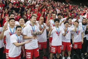 バスケットボールの全日本選手権男子で3連覇を達成しファンと写真に納まる千葉の選手たち=13日、さいたま市のさいたまスーパーアリーナ