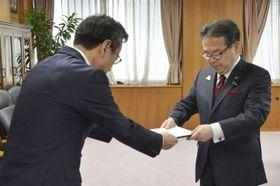 世耕経産相(右)に電気料金の値下げを届け出る関西電力の岩根茂樹社長=28日午前、経産省