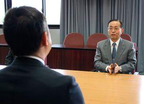 【鈴木知事(手前)と面談する金子社長=三重県庁で】