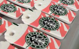 押収された、「スターバックス」の偽のロゴを使ったスマートフォンケース=11日午後、千葉県警鎌ケ谷署