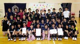 バレーボールの関西大学春季リーグ1部で初優勝した神戸親和女大の選手たち=神戸市北区の同大学体育館