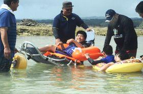 ビーチ用車椅子で海水浴を楽しむ障害者=伊仙町瀬田海海浜公園