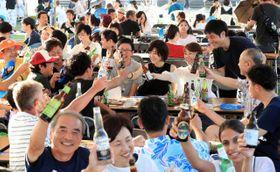 多くの来場者が世界各国のビールを楽しんだ「国際ビールまつり」=24日午後、宮崎市・こどものくに