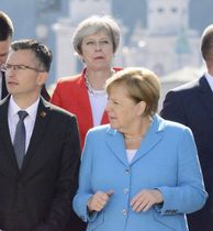 EU非公式首脳会議で記念撮影するメイ英首相(奥)と、ドイツのメルケル首相(右)ら=20日、オーストリア・ザルツブルク(共同)