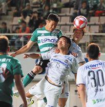 前半、ヘディングでゴールを狙う松本山雅・永井龍選手(中央左)=松本市のサンプロアルウィンで