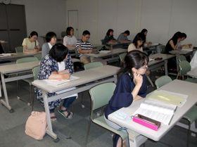 読み応えのある紙面作りについて学ぶ宮日PTA新聞講習会の参加者=20日午後、宮崎市・宮日会館