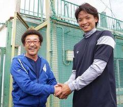 東浜巨投手(右)と握手する具志堅用高氏=23日午前、沖縄県うるま市の具志川球場