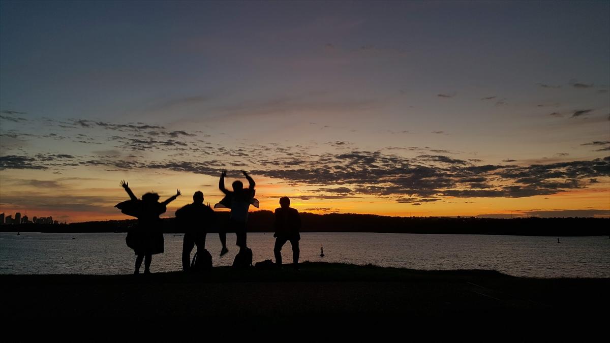 夕日の前でジャンプ!