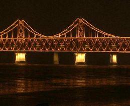 23日、中朝国境の橋を通過する北朝鮮の金正恩朝鮮労働党委員長を乗せたとみられる特別列車=中国・丹東(AP=共同)